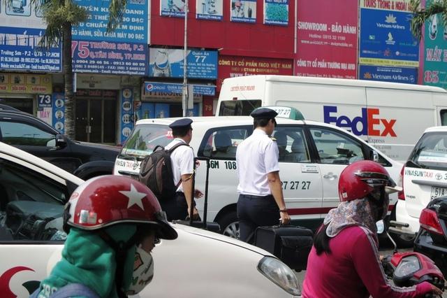 Lọt qua nút giao thông trên là bắt đầu vào đường Trường Sơn dẫn vào sân bay Tân Sơn Nhất cũng ken đặc các loại xe taxi, xe du lịch, xe cá nhân... Chiếx xe xhở phi công vào sân bay cũng không thể đi được đã khiến hai phi công này phải xuống xe, kéo va li... cuốc bộ vào sân bay để kịp giờ bay. VNA đã khueý6n cáo hành khách nên đến sân bay trước 3 tiếng để kịp làm thủ tục. Nhưng nhiều hành khách đã đi trước đến 5 tiến vẫn trễ chuyến bay, vì... kẹt xe