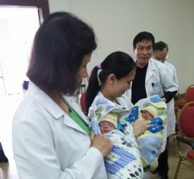 Bé Thiên Ân - Thiên Bảo trong vòng tay các y, bác sĩ bệnh viện Phụ sản Trung ương