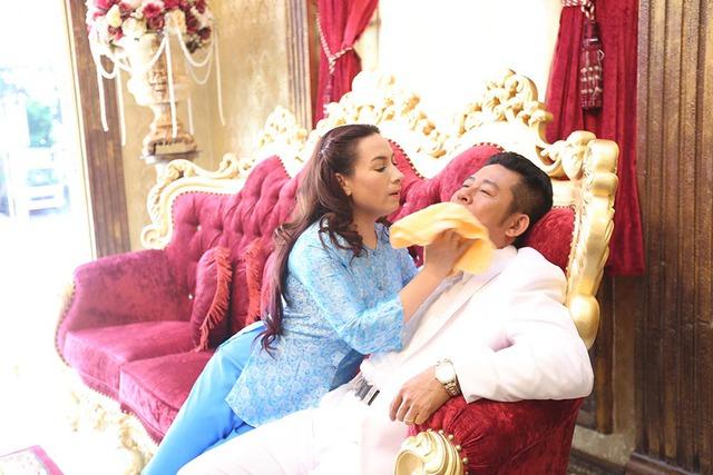 Trong phim, Phi Nhung vào vai cô gái mê hát đến mức không có người đàn ông nào nhòm ngó tới. Đến khi lỡ thời, côdùng chiêu mang bầu, đòi tự tử để giữ chân người đàn ông không cảm xúc với đàn bà do Tấn Beo đóng.
