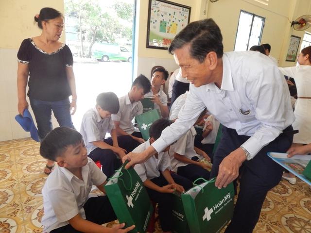 Tặng quà cho 130 em nhỏ khuyết tật, mồ côi đang được nuôi dưỡng tại Trung tâm nuôi dạy trẻ em khó khăn Tp. Đà Nẵng (Làng Hy Vọng) vào sáng 1/6. Ảnh Đ.H