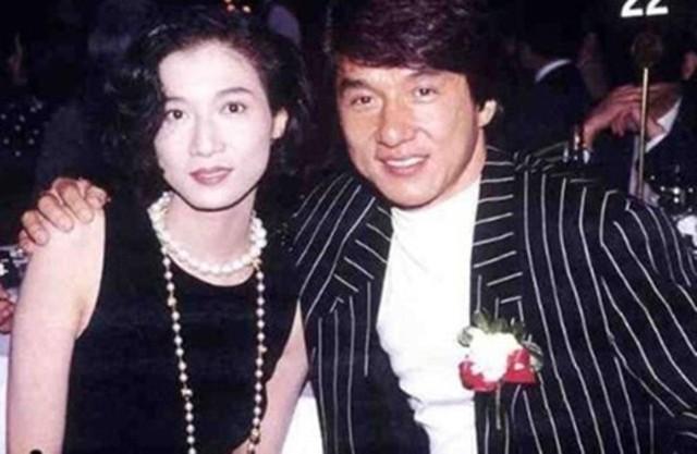 Thành Long với người đẹp Ngô Ỷ Lợi (chụp hình chung năm 1995), tạo nên scandal có tên Tiểu Long Nữ