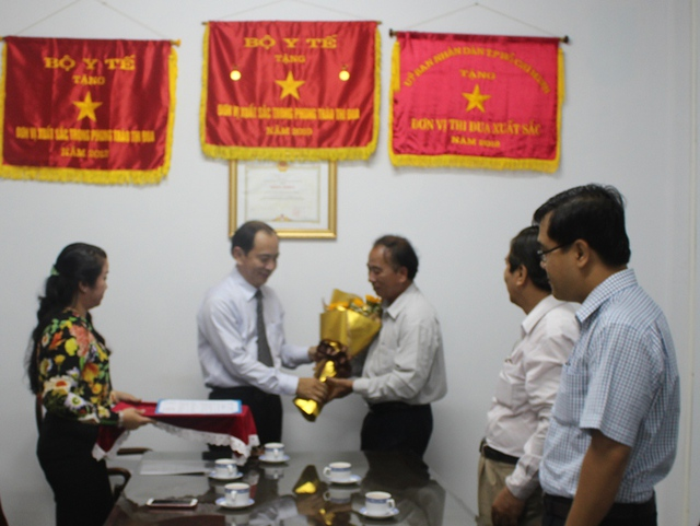 Thay mặt lãnh đạo Sở Y tế TP.HCM, TS-BS Tăng Chí Thượng, Phó Giám đốc Sở, trao hoa chúc mừng tân Chi cục trưởng DS-KHHGĐ Trần Văn Trị, đồng thời gửi gắm nhiều kỳ vọng của cấp ủy-chính quyền địa phương này đối với công tác dân số trong thời gian tới.