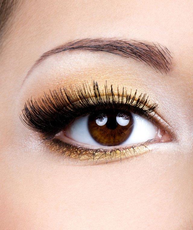 Chuốt mascara dày cộm không phải là phong cách trang điểm mắt được hoan nghênh trong lần hẹn đầu