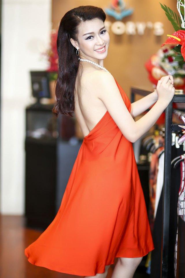 Với vóc dáng của một người mẫu, Trương Tùng Lan lựa chọn được khá nhiều mẫu thiết kế ưng ý