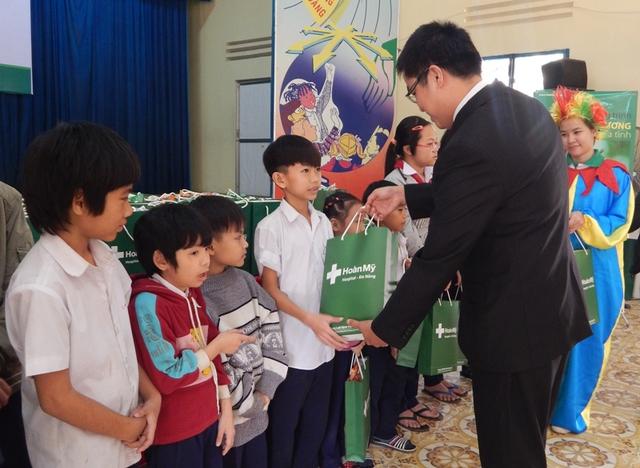 Đại diện Bệnh viện Hoàn Mỹ Đà Nẵng trao tặng quà tết cho trẻ em Làng Hy Vọng. Ảnh Đ.H