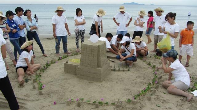 Cuộc thi Xây lâu đài cát hấp dẫn bên bờ biển Phạm Văn Đồng. Ảnh Đức Hoàng