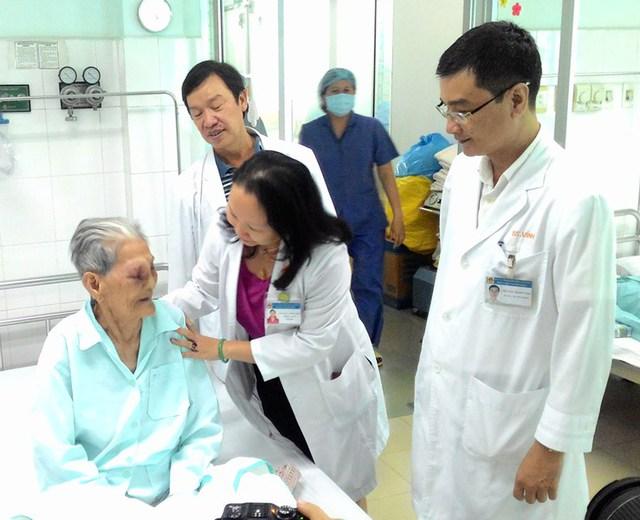 BS Trần Phan Chung Thủy, GĐ BV Tai Mũi Họng TP.HCM thăm hỏi sức khỏe bệnh nhân đặc biệt 101 tuổi hôm 24/7.