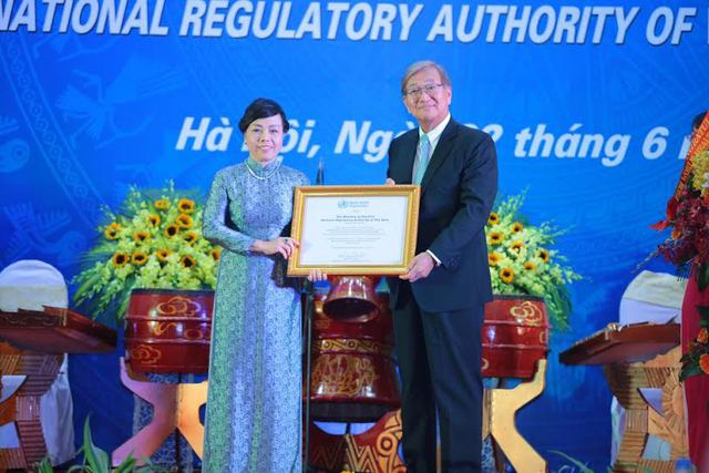Đại diện WHO trao chứng nhận cho Việt Nam