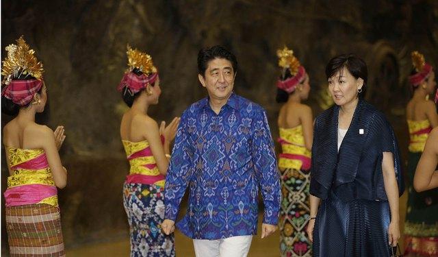 Thủ tướng Shinzo Abe sánh bước cùng phu nhân Akie trong một buổi dạ tiệc dành cho các nhà lãnh đạo tại Hội nghị Thượng đỉnh Hợp tác Kinh tế châu Á - Thái Bình Dương tại Nusa Dua, Bali của Indonesia năm 2013.