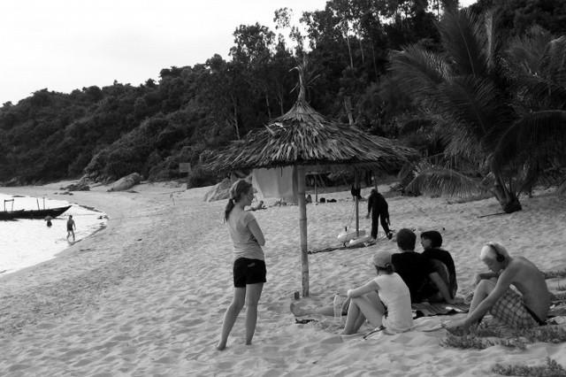 Du khách quốc tế đến tham quan và nghỉ lại trên đảo Cù Lao Chàm. Ảnh: Đ.H
