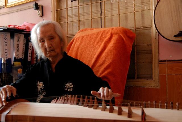 Nhạc sư Vĩnh Bảo (98 tuổi), bạn tâm giao với cố GS-TS Trần Văn Khê: Bạn tôi và t6i đều lớn lên từ cái nôi âm nhạc tài tử. Hai chúng tôi đi đâu, làm gì cũng có nhau. Bạn tôi về rồi, tôi như chiếc bóng lẻ bạn