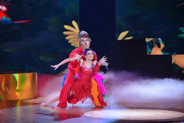 """Vương Khang và bạn nhảy Anna đã mang đến sân khấu Liveshow 4 một tiết mục rực rỡ sắc màu với vũ hội của các loài chim trong phim Rio. Với điệu Samba rộn ràng, cặp đôi của Vương Khang đã """"đốt nóng"""" hơn đêm thi bằng lễ hội tưng bừng"""