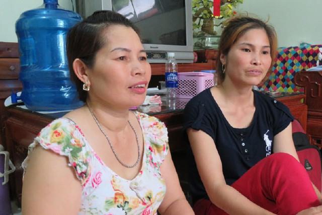 Hai người phụ nữ đang ngóng những người chồng mình trở về.