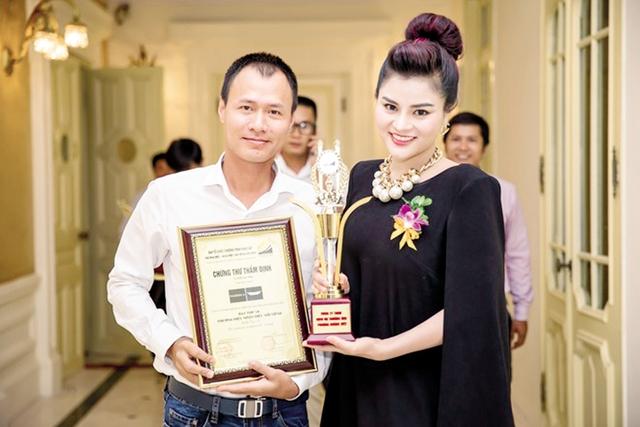 Vũ Thu Phương bên chồng trong ngày nhận giải thưởng. Ảnh: TL