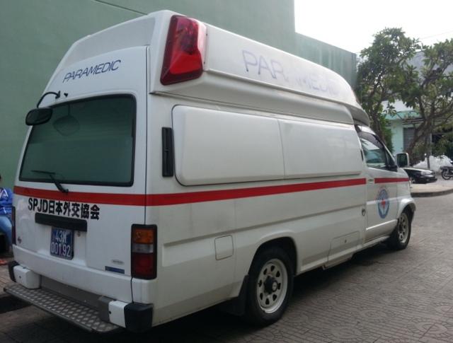 Xe cứu thương hiện đại được cho là xe đón ông Nguyễn Bá Thanh cũng đã được chuẩn bị sẵn sàng. Ảnh Đức Hoàng