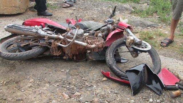 Chiếc xe máy nạn nhân điều khiển bị hư hoàn toàn. Ảnh: Hồ Hà