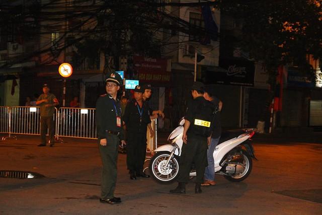 Cảnh sát làm nhiệm vụ tại khu vực phố Ngọc Khánh.
