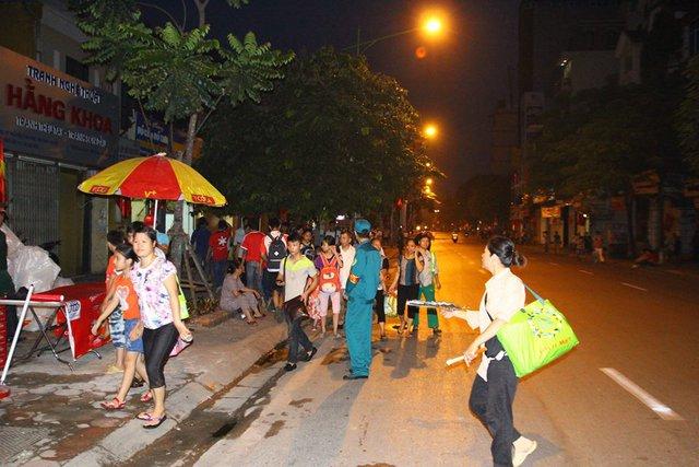 Người dân háo hức đón đoàn trên các tuyến phố trung tâm.