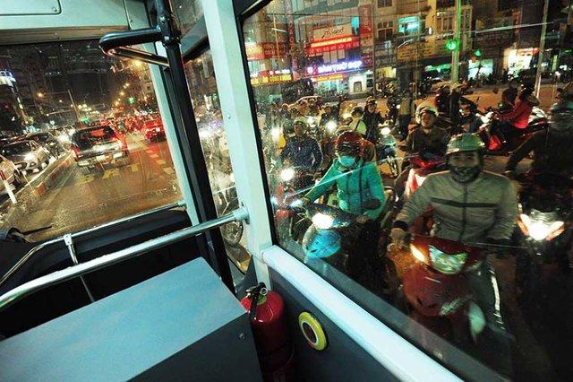 Vào giờ cao điểm, mặc dù có làn đường riêng nhưng buýt nhanh di chuyển rất khó khăn.