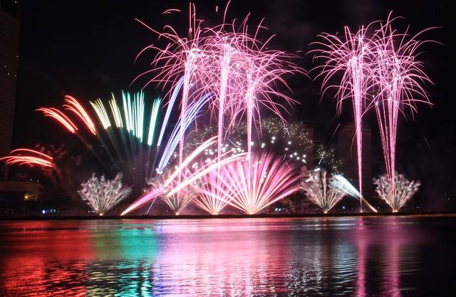 Lễ hội pháo hoa quốc tế Đà Nẵng thu hút hàng vạn người tới Đà Nẵng mỗi mùa tổ chức. Ảnh: Đức Hoàng