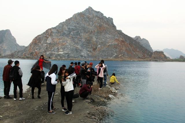 Giới trẻ đổ xô đến chiêm ngưỡng hồ nước lạ này. Ảnh: Đức Biên