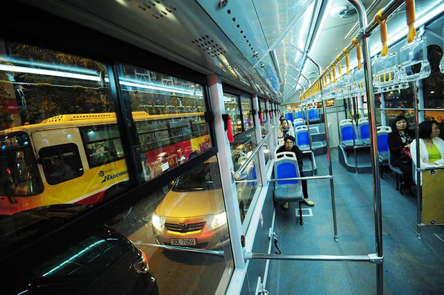 Trong những ngày đầu tiên chạy thử, mặc dù được miễn phí vé nhưng lượng khách đi xe buýt nhanh cũng rất ít.