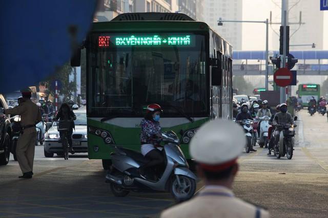 Lực lượng Thanh tra giao thông, Cảnh sát giao thông được bố trí phân làn đường các tuyến buýt nhanh đi qua. Tuy nhiên nhiều xe máy vẫn vô tư tạt đầu xe buýt nhanh.