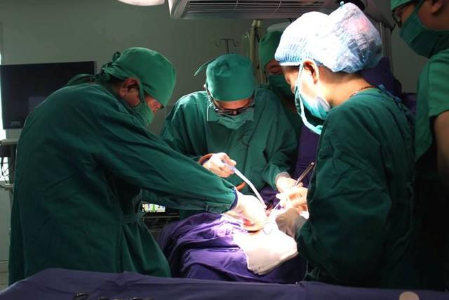 Ca phẫu thuật kéo dài 3 giờ đồng hồ đã cứu sống bé Lan. Ảnh: Thế Thiêm