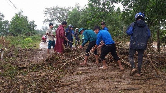 Lực lượng thanh niên xung kích trên địa bàn huyện Cam Lộ được huy động về các xã giúp đỡ người dân dọn dẹp thông đường..