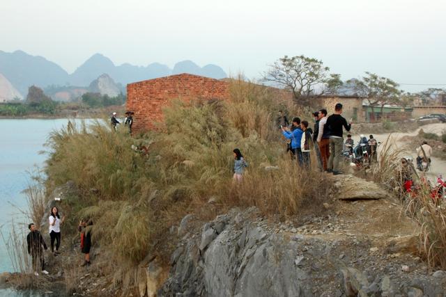 Hàng ngàn lượt bạn trẻ, dân phượt đã đến đây chụp hình khiến hồ nước trở nên hot hơn. Ảnh: Đức Biên