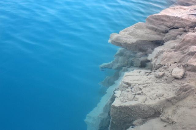 Hồ nước được tạo nên từ các núi đá sâu và dốc. Ảnh: Đức Biên