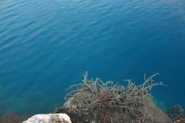 Những người đến tham quan, chụp hình cần cẩn thận bởi nước này có nhiều chất hoá học không tốt cho sức khoẻ. Ảnh: Đức Biên