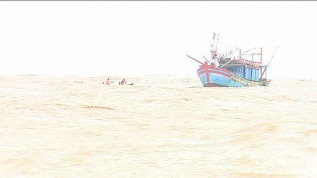 Bộ đội Biên phòng tiếp cận giải cứu tàu cá bị nạn. Ảnh: T.A