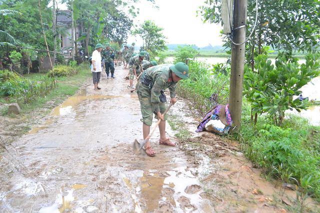 Lực lượng bộ độ cũng được huy động giúp đỡ bà con xã Cam Thủy khắc phục hậu quả...