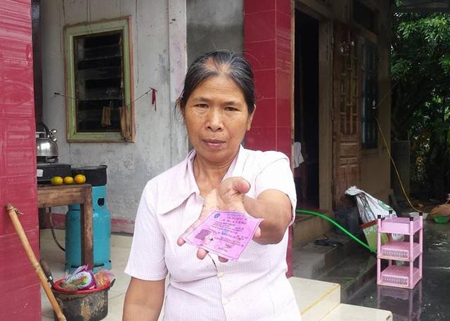 Bà Đoàn Thị Cúc (SN 1957, thôn Bắc Bình) cho biết, nước lũ lên bất ngờ khiến nhiều giấy tờ của gia đình bị ướt và hư hỏng..