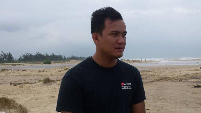 Anh Nguyễn Rôn hiện đang rất lo lắng cho người thân đang gặp nạn trên biển. Ảnh: Lê Chung