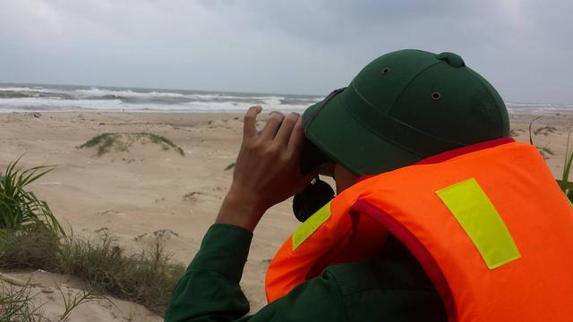 Bộ đội biên phòng Cảng biển Mỹ Thủy túc trực theo dõi tình hình của tàu ĐNa – 0494