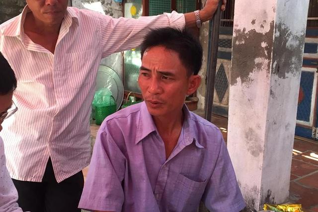 Ông Hoàng Văn Biển (SN 1975) nghi ngờ 1 trong 2 bộ xương phát hiện trong vườn nhà Hùng là cháu gái mình. Ảnh: T.Phong