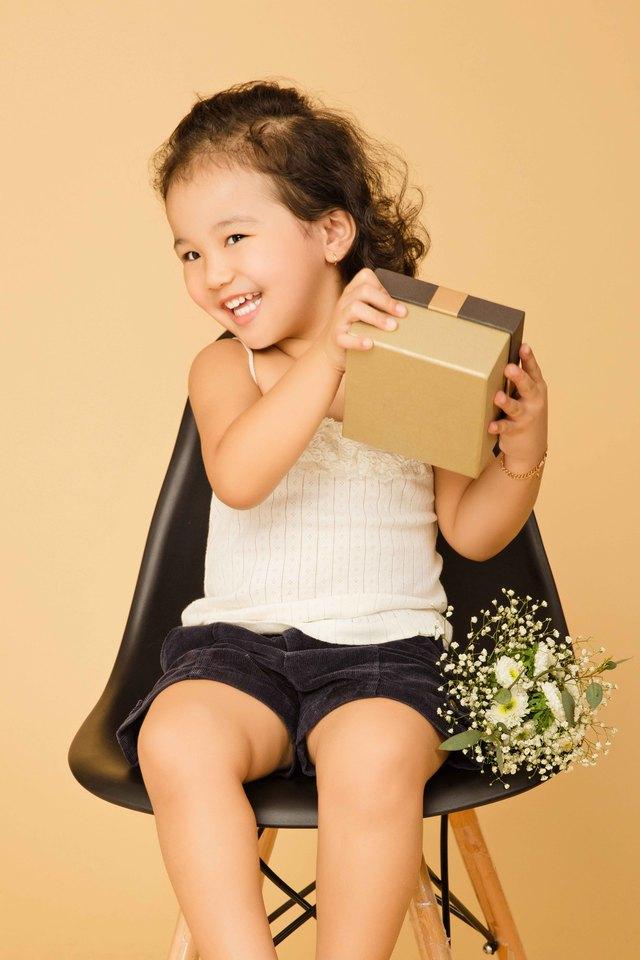 Bé có nụ cười vô tư, hồn nhiên, được thừa hưởng nét đẹp của cả bố lẫn mẹ và rất bụ bẫm đáng yêu.