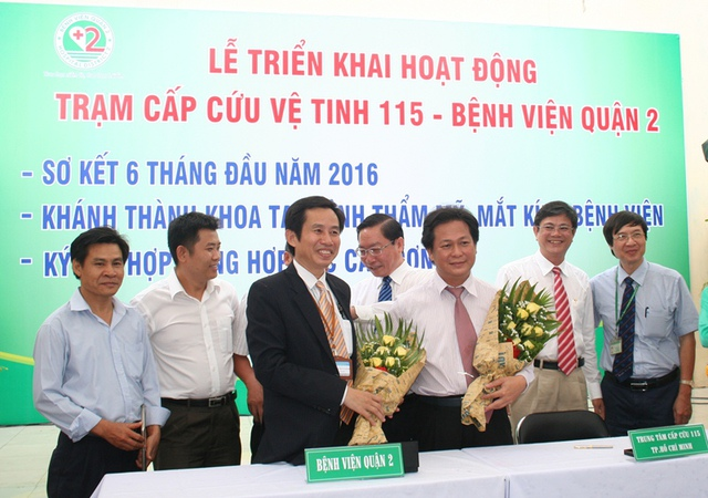 Lãnh đạo BV Q.2 Trần Văn Khanh (trái) và Trung tâm cấp cứu 115 Trần Vĩnh Khanh đều vui mừng trước sự phối hợp ra mắt trạm cấp cứu vệ tinh ở cửa ngõ phía Đông Tp.HCM, giúp người dân có thêm cơ hội thoát hiểm cảnh sinh tử.