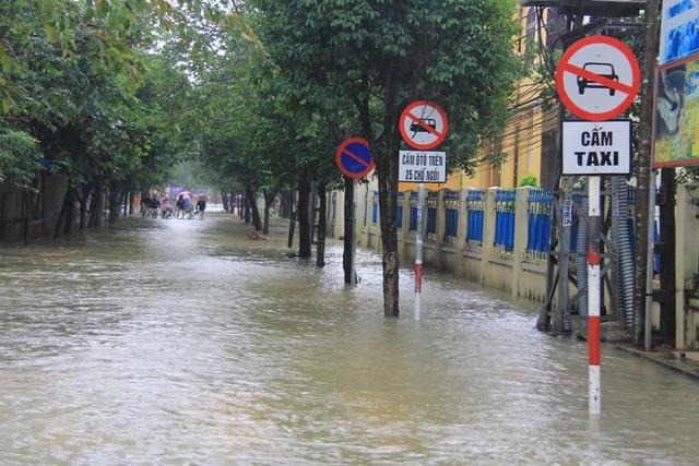 Nước ngập từ 0,5-1m, có nơi hơn 1m chia cắt nhiều tuyến phố ở Hội An