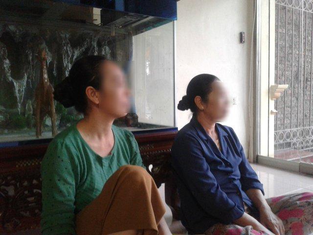 Bà D (trái) và người chị gái buồn bã cho rằng con dâu và nhà thông gia đã bị đặt, bôi nhọ mình. Ảnh: Nông Thuyết