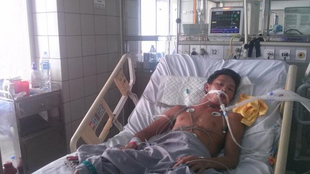 Anh Nam hiện đang điều trị tại giường 12, khoa hồi sức tích cực Bệnh viện Bạch Mai.