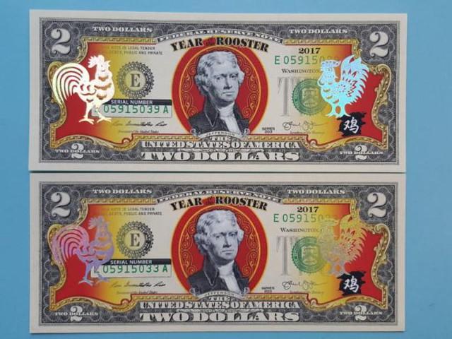 Hình ảnh tờ tiền 2 USD in hình Gà nhũ vàng.