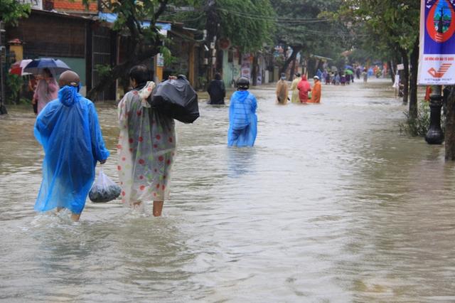 Nhiều khách du lịch đang tới tham quan phố cổ chứng kiến cảnh lũ vây quanh Hội An họ thích thú lội nước lũ để khám phá một Hội An khác lạ trong lũ...