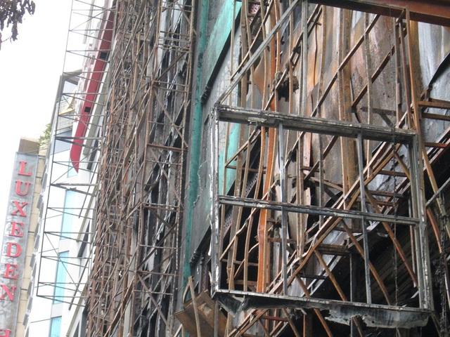 Mặt trước các tòa nhà chỉ còn trơ lại khung.