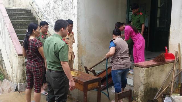 Trường tiểu học Trần Quốc Toản (xã Cam Tuyền) cũng bị ngập nặng. Trong sáng nay giáo viên cùng phụ huynh và chính quyền địa phương dọn dẹp lại trường sau lũ lớn...