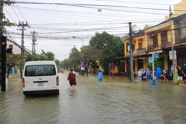 Nước lũ dâng lên từ chiều ngày 15/12, hiện thời tiết đang mưa kéo dài, cùng với các thủy điện đang xả nước khiến lũ chưa thể rút ở phố cổ...
