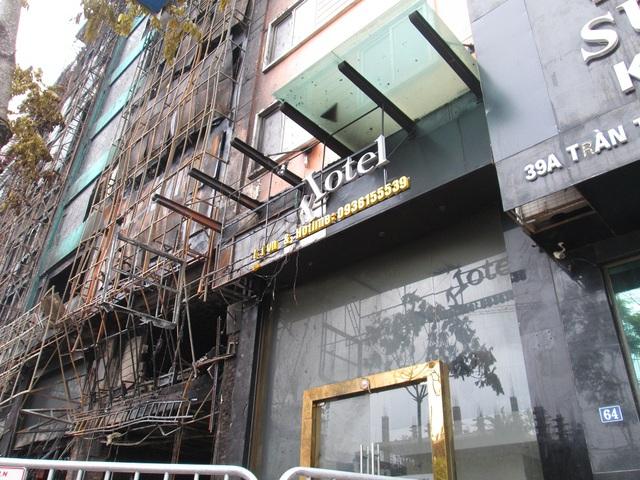 Hình ảnh cho thấy ngọn lửa hôm qua đã bắt đầu lan sang tòa nhà bên cạnh (khách sạn Yến).