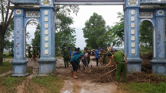 Đường vào thôn Bắc Bình, xã Cam Tuyền ngập trong rác và bùn đất sau lũ..